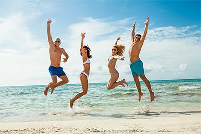 4 ragazzi saltano in riva al mare
