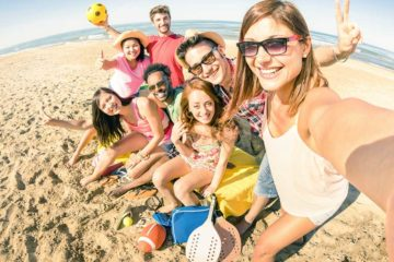amici praticano sport da spiaggia