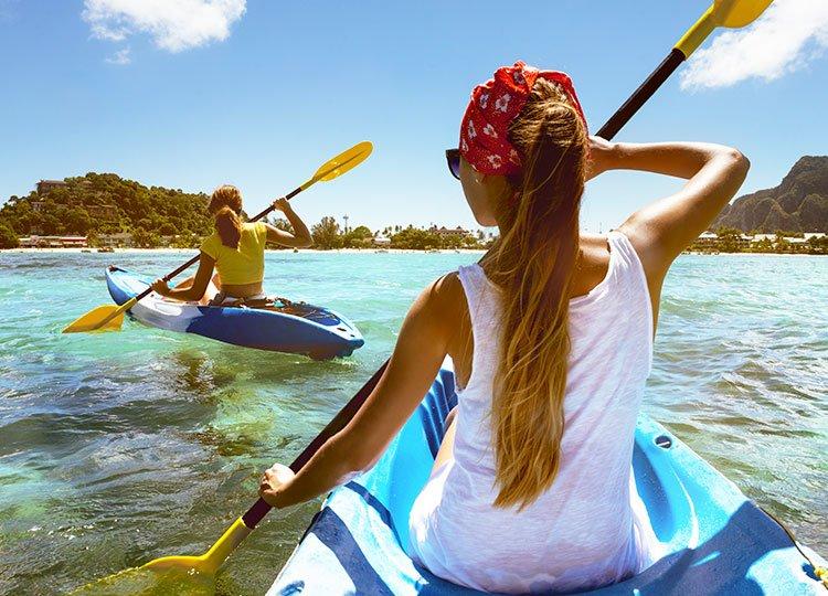 ragazze in kayak al mare