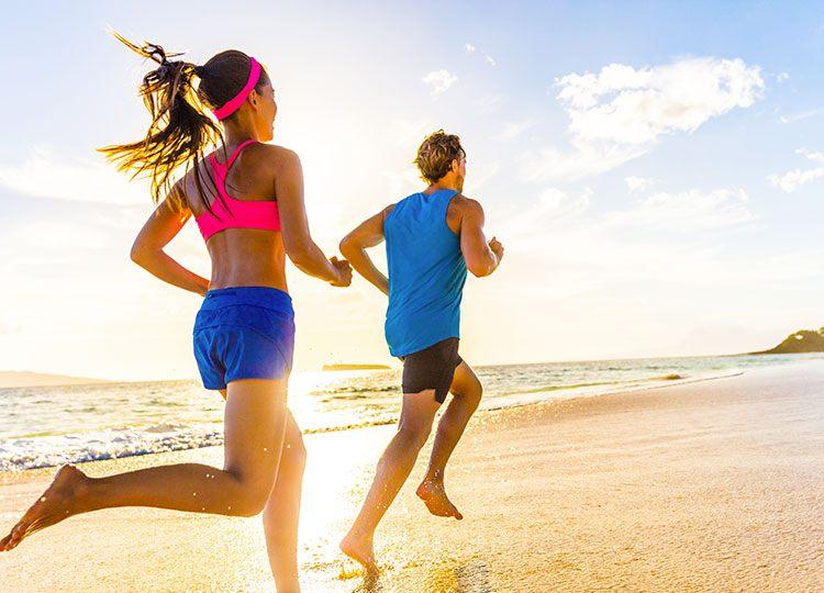 giovane coppia corre in riva al mare