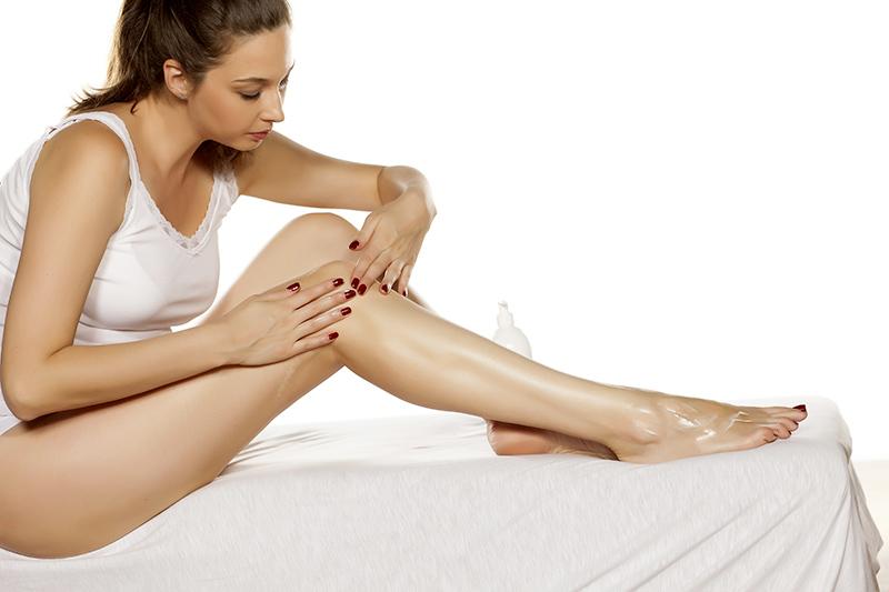 donna pratica automassaggio alle gambe