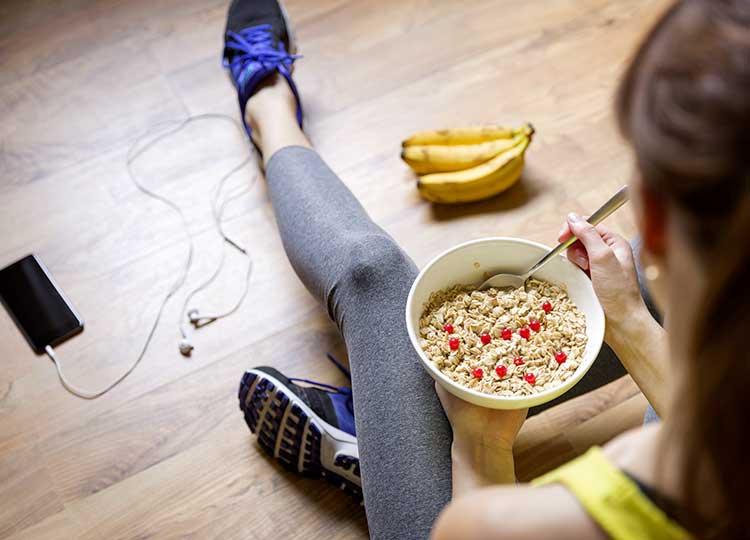 ragazza sportiva mangia cereali