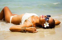 ragazza in riva al mare sfoggia una tintarella perfetta