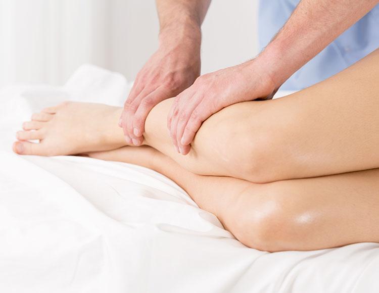 massaggiatore effettua un massaggio linfodrenante