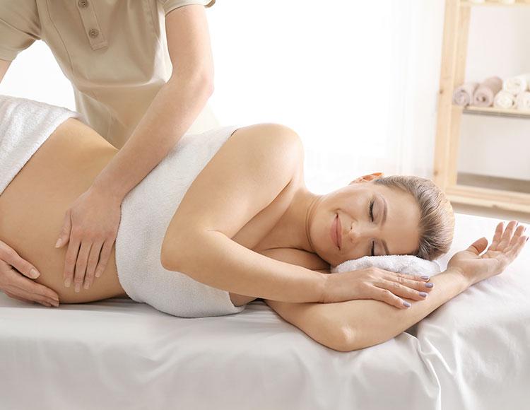 donna incinta si fa massaggiare da un professionista