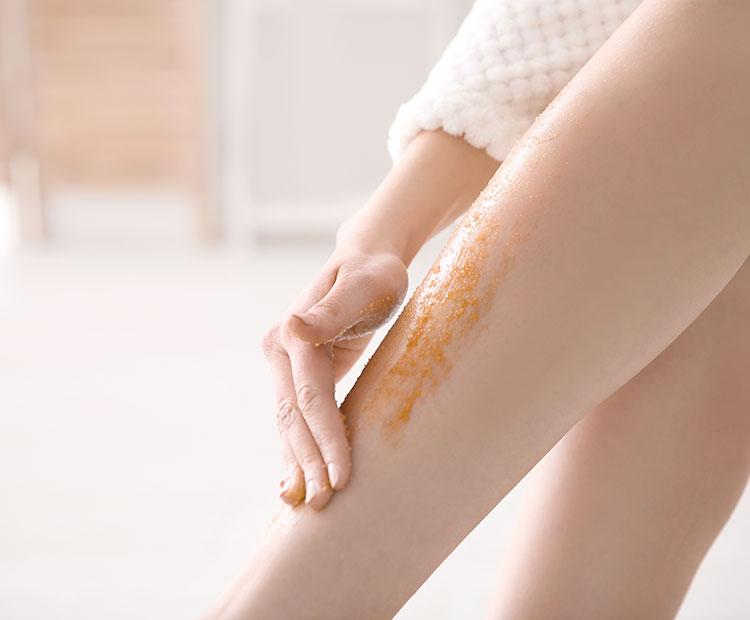 donna fa un peeling alle gambe