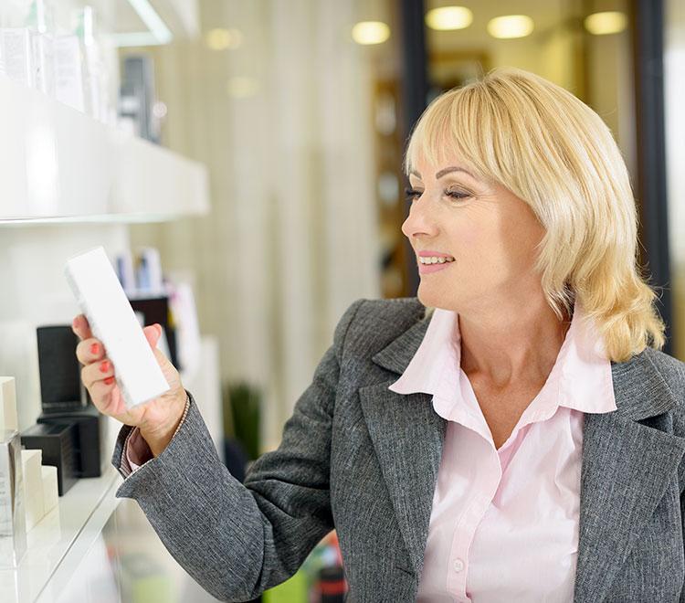 donna controlla un prodotto di cosmesi
